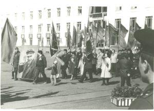 Колонна знаменосцев открывает праздничную демонстрацию.