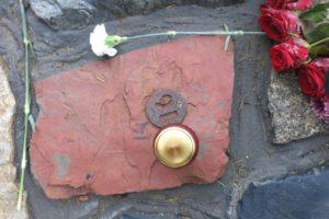 Камень из Воркуты у памятника «Стена скорби»